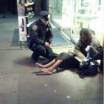 「心優しき警官 裸足のホームレスに靴をプレゼント」