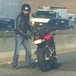 【感動】車通りの多い大通りの真ん中で突然バイクを降りる男性。目線の先には・・彼の取った行動に、世界中で絶賛の声
