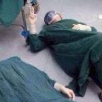 【感動する話】32時間かけて行われた手術の末、その場に倒れこむ医師達!その瞬間を映し出した写真に称賛の嵐